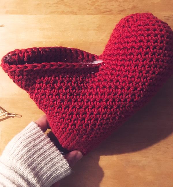 tuto patron explications coussin coeur au crochet facile